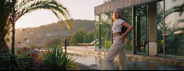 """La chanteuse Wejdene a choisi le somptueux décor de la villa d'architecte """"On the Rock"""" nichée sur les hauteurs de Bandol."""