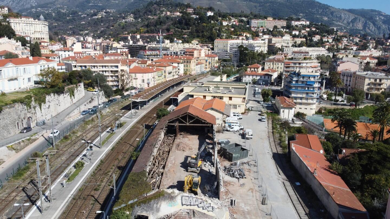 Les travaux préparatoires de ce projet dont les Mentonnais parlent depuis 25 ans commencent autour de la gare SNCF. Cette dernière est au centre d'un lieu qui incitera à laisser sa voiture pour prendre le train, le bus, le vélo...