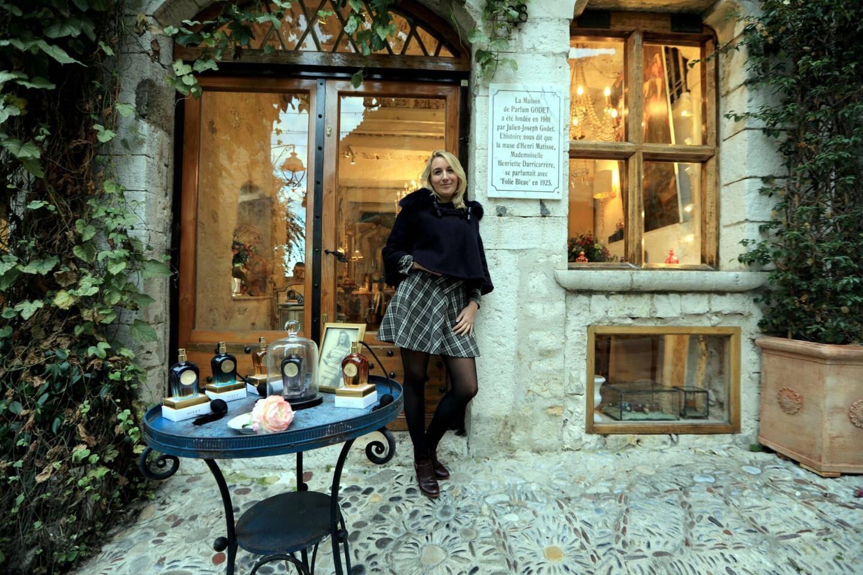 Rue Grande, Saint-Paul-de-Vence, la parfumeuse audacieuse Sonia Godet, vous attend.