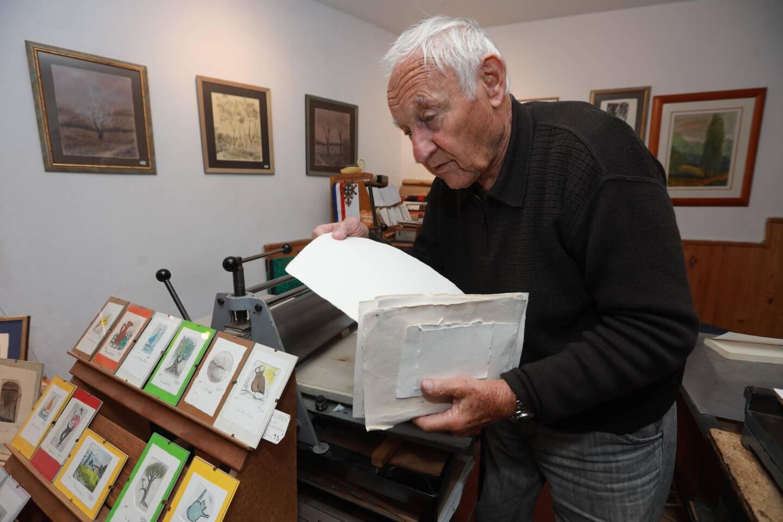 Gérard Pons, graveur, utilise  du papier fabriqué à la main, du papier chiffon, des feuilles élaborées pour la gravure, dont le grammage est étudié.