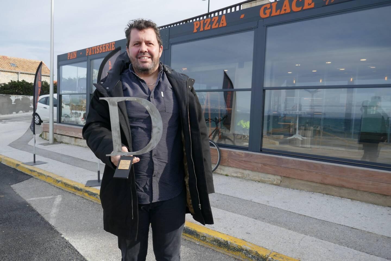 Guillaume Pellereau, qui a réalisé de nombreuses pergolas pour les professionnels comme ici pour la boulangerie La Parisienne à Six-Fours, présente le trophée que lui a décerné l'UPV.