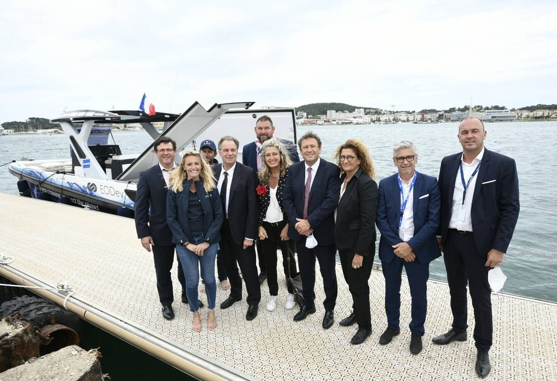 Chloé Zaied (à gauche) entourée des élus et acteurs de l'économie régionale intéressés par la plaisance à propulsion électro-hydrogène.