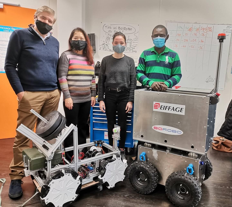 Patrick Chanudet (directeur), Hélène Nguyen (RH), Emilie (étudiante en ingénierie mécanique) et Bosco (étudiant en ingénierie des systèmes embarqués) présentent leurs robots connectés qui entendent lutter contre les troubles muscolo-squelettiques.
