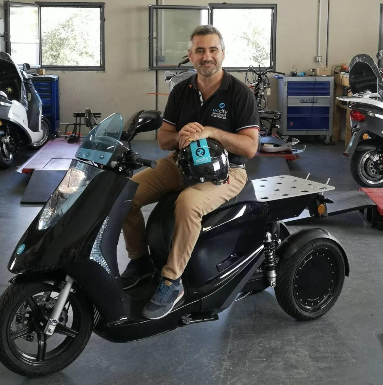 Christophe Cornillon, patron d'Eccity à Grasse, au guidon de l'une de ses machines électriques.