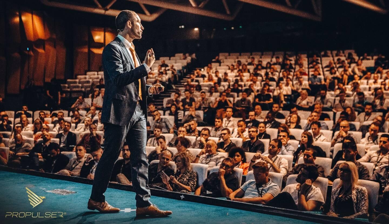 Il a déjà levé des foules. Véritable mentor, le Varois Franck Rocca fait des shows à l'américaine et a remporté un award pour une croissance de 0 à 1 million de dollars en 1 an.