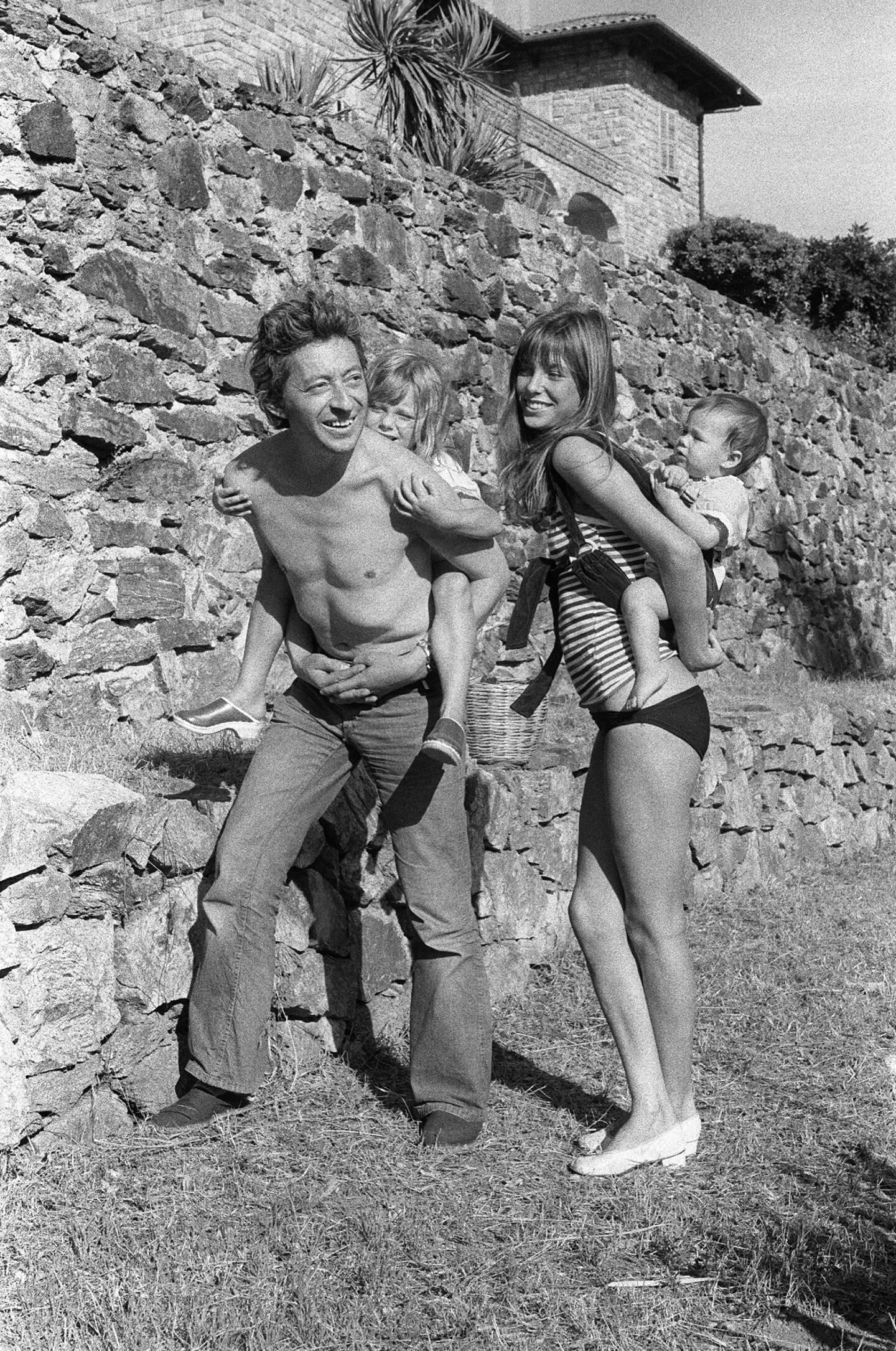 Serge Gainsbourg et Jane Birkin avec Kate et Charlotte, à Ramatuelle.