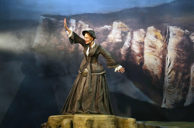 La comédienne incarne la Jeanne du premier roman de Maupassant dans cette pièce qu'elle a adaptée.