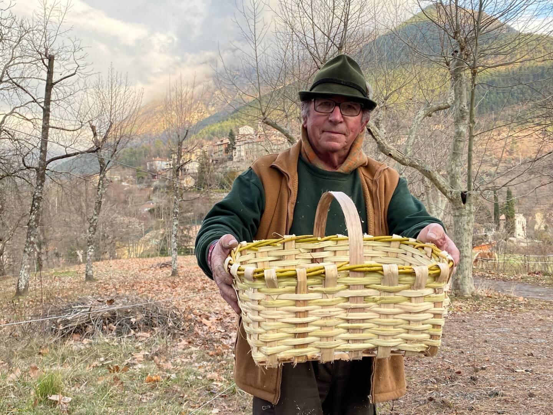 Dans ses montagnes de la Vésubie, Alain Brezzo réalise ces paniers avec des branches
