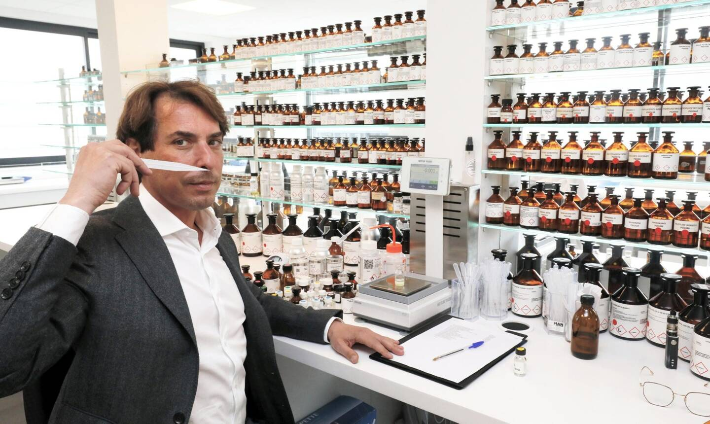 Raphaël Haury et ses quatre parfumeurs ont l'embarras du choix: ils peuvent élaborer des fragrances à partir des 1500 échantillons de matières premières disponibles dans le laboratoire de formulation.