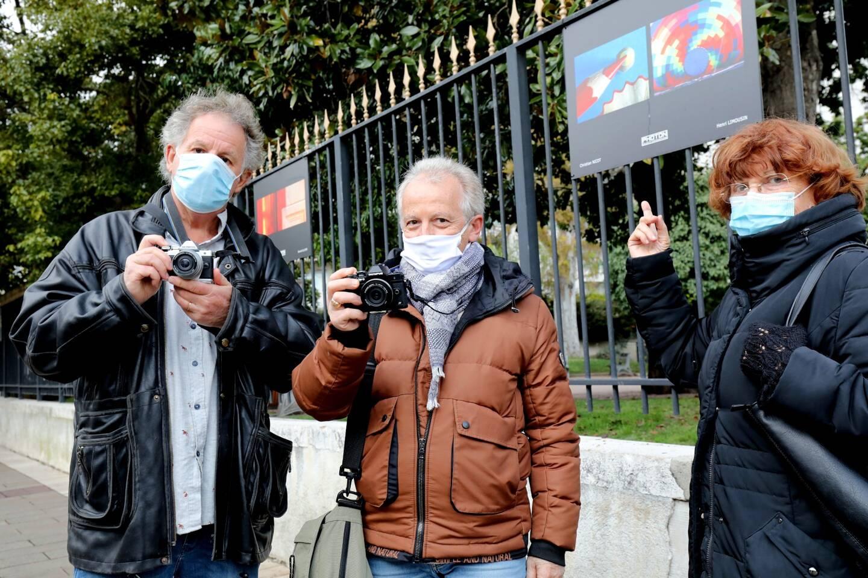 Rémi Tournier, Christian Nicot et Jacqueline Miot devant l'expo Domino présentée sur les grilles du jardin Thiole à Nice.
