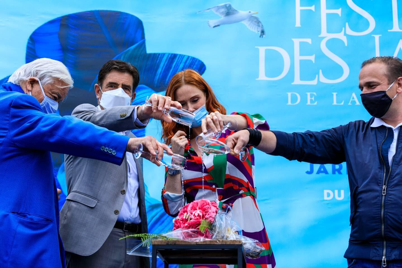 Audrey Fleurot, entourée de Jean Mus, Charles Ange Ginesy et Mathias Meilland au moment du baptême de la rose qui porte son nom.