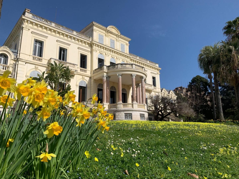 La Villa Rothschild à Cannes, accueille aujourd'hui la médiathèque Noailles.