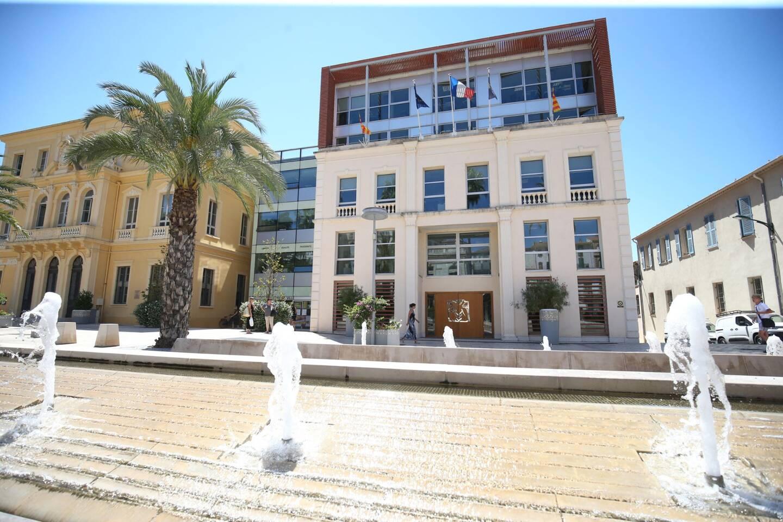 Le maire de Hyères Jean-Pierre Giran annonce que les employés de la ville pourront être libérés avec l'avancée à 18 heures du couvre-feu.