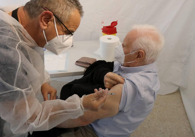Cinquante habitants de la Riviera française âgés de plus de 75 ans ont pu se faire injecter la première dose du vaccin Moderna ce lundi.