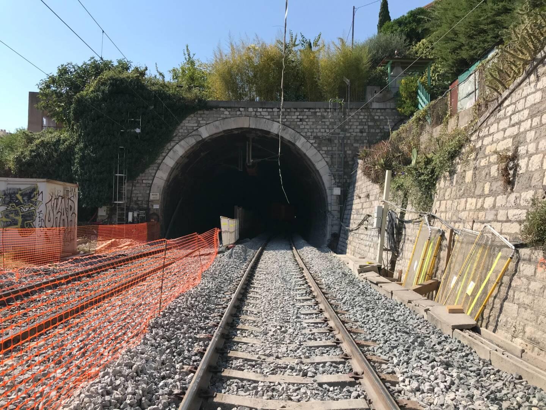 L'entrée du tunnel de Menton, côté Garavan, avec la voie refaite à neuf au premier plan.