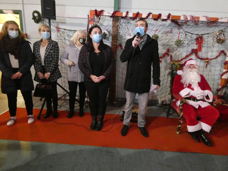 Au gymnase, la députée, Alexandra Valetta-Ardisson et les maires de Breil et Saorge ont convié les enfants au goûter avec le Père Noël.