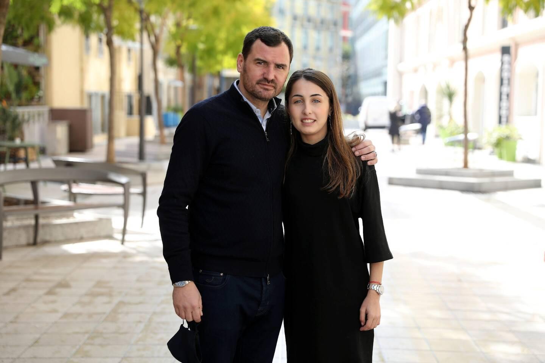 Salomé aux côtés de son père, Eric Fissore. Avec ses parents, la jeune fille dysphasique a crée une association liée aux troubles de l'apprentissage.