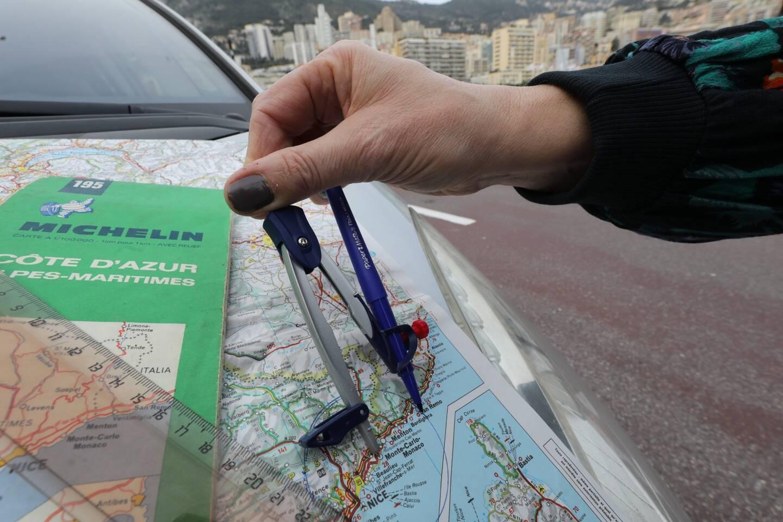 Les déplacements sont interdits par la France au-delà d'un rayon de 30 kilomètres autour de la Principauté.