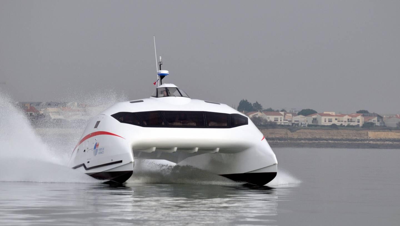 """Le catamaran baptisé """"Monaco One"""" flirtant avec les 50 nœuds (92,6km/h)."""