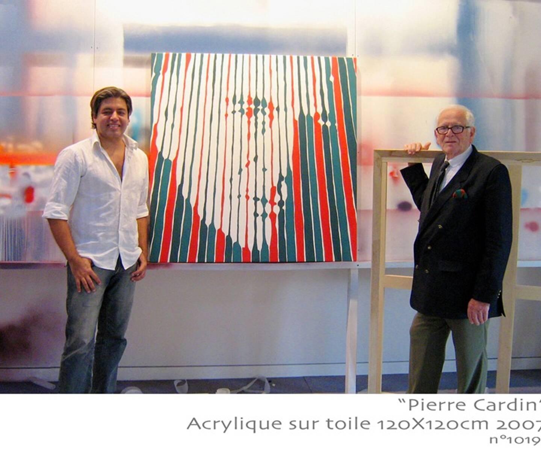 """En 2008, Marcos Marin arbore une pièce offerte par Pierre Cardin lors de l'inauguration de l'exposition """"Les années Grace Kelly"""" à Tokyo. Le créateur a été le sujet d'une dizaine d'œuvres de l'artiste brésilien."""