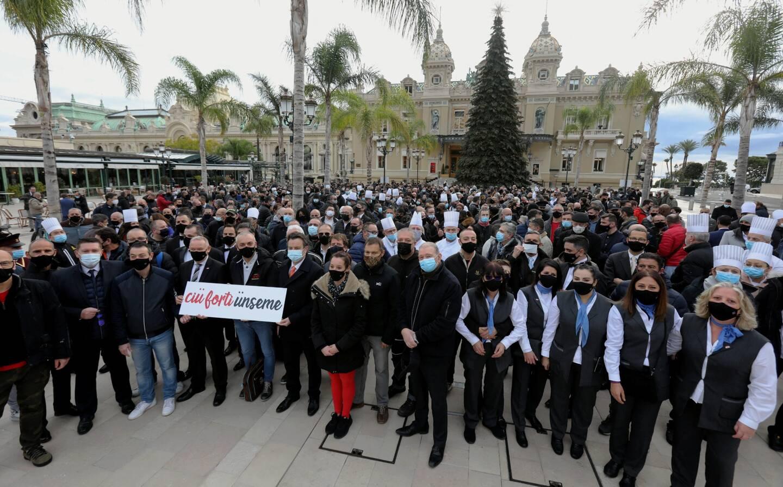 """500 salariés de la SBM étaient mobilisés ce vendredi matin, pour une """"photo de famille"""" sur la place du Casino en principauté de Monaco. Ils dénoncent l'actuel plan de restructuration de l'entreprise, unique société de Monaco cotée en bourse."""