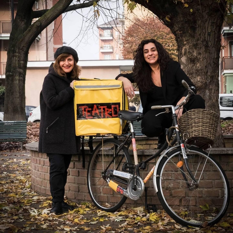 Marica et Roberta, deux Milanaises, livrent des pièces de théâtre dans Milan.
