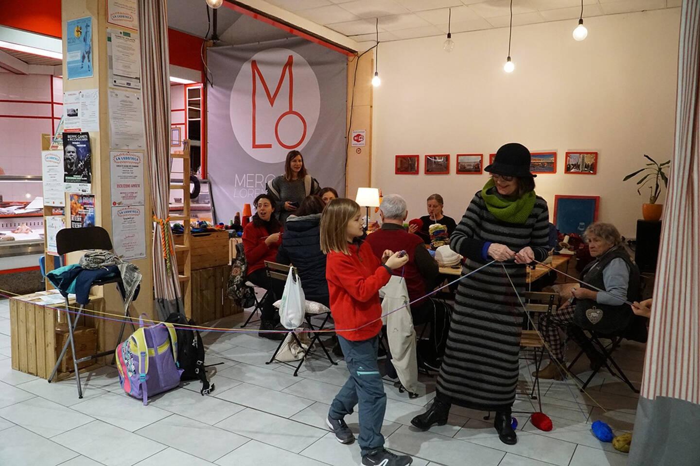 Une artiste du quartier sollicité pour animer un atelier sous le marché.
