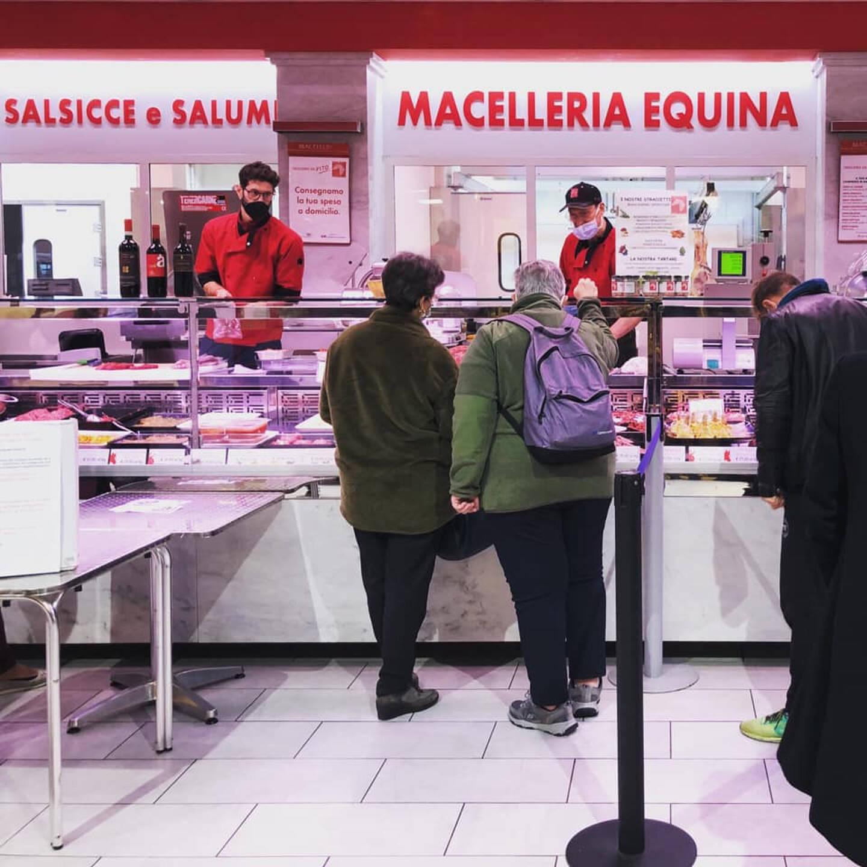 Dans le marché Lorenteggio, la boucherie chevaline Da Vito est devenue un fer de lance de la mobilisation pour sauver le marché.