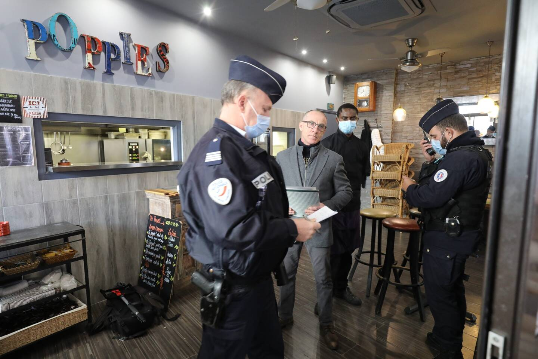 Le 27 janvier, devant les journalistes et en présence des forces de l'ordre, le patron du Poppies avait ouvert son restaurant. Moussa - en arrière-plan sur la photo - en situation irrégulière, avait été interpellé.