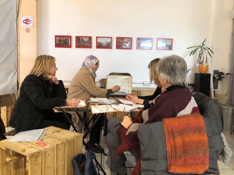 Des cours de langue arabe dispensés en plein coeur du marché par des femmes langue maternelle.