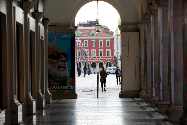 Ambiance dans le centre-ville de Nice, samedi 27 février, au premier jour du confinement partiel.
