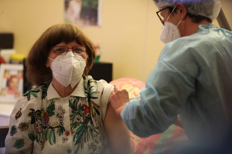 Mauricette Tellier, 64 ans est la première pensionnaire des Ehpad municipaux niçois à avoir été vaccinée contre la Covid, ce lundi après-midi.