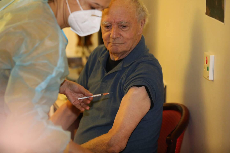Après elle, c'était au tour de Maurice Fiorucci, 90 ans, puis de 18 autres pensionnaires de l'Ehpad des Anciens combattants, rue des Orangers