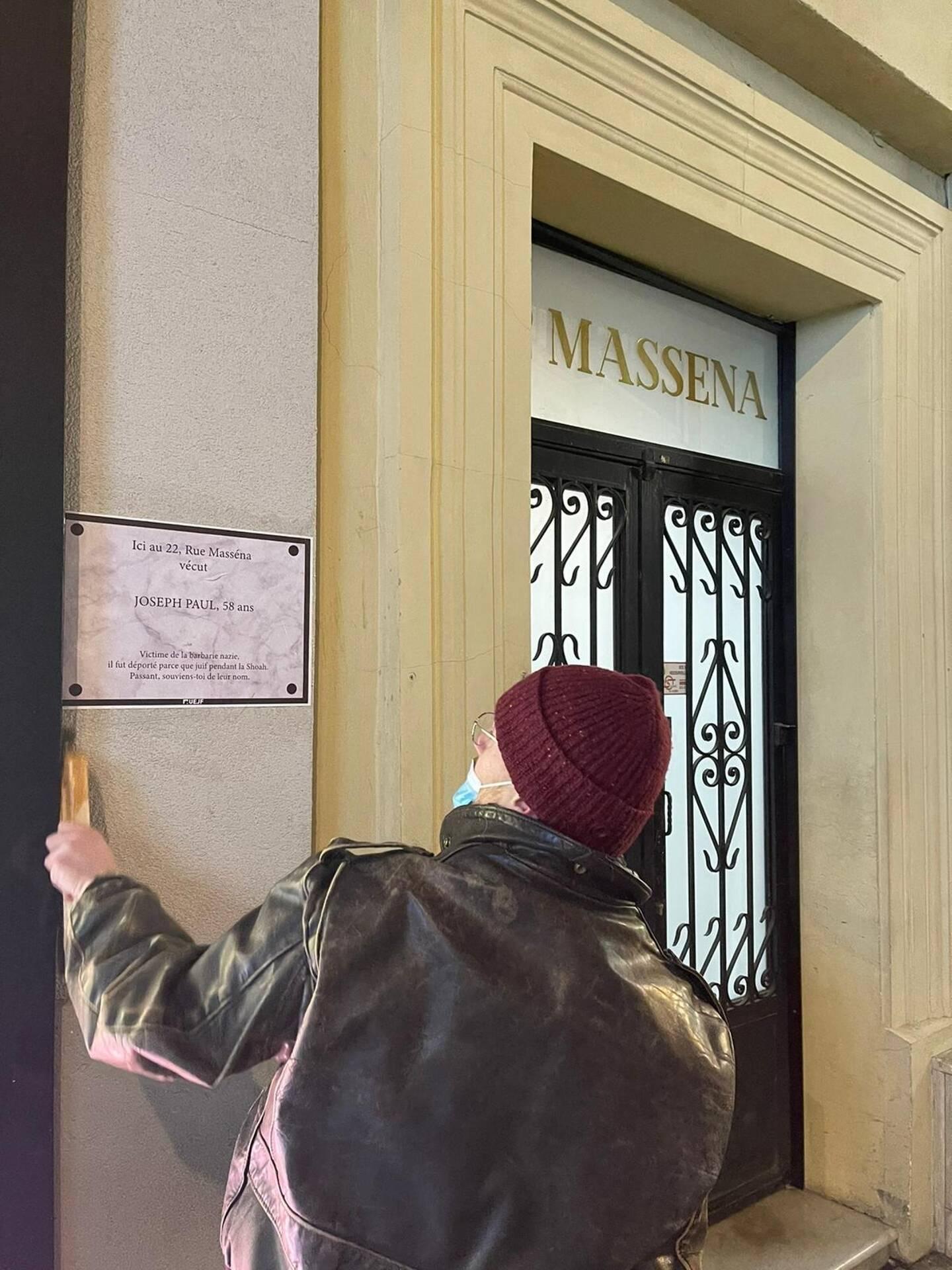 Quarante affiches commémoratives parsèment le centre-ville de Nice.