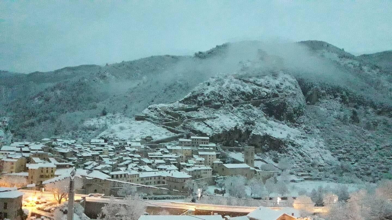 Le village d'Entrevaux s'est paré d'un joli manteau blanc ce lundi matin, d'une bonne vingtaine, voire une trentaine de centimètres par endroits.