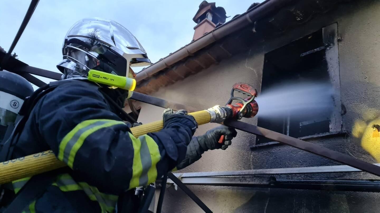 L'habitation a totalement été ravagée par les flammes.