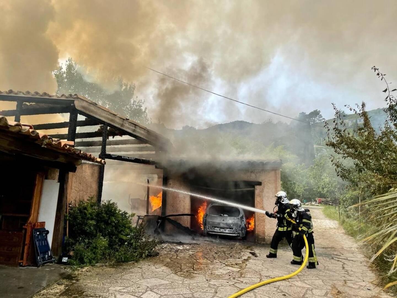 Les pompiers face à l'incendie.