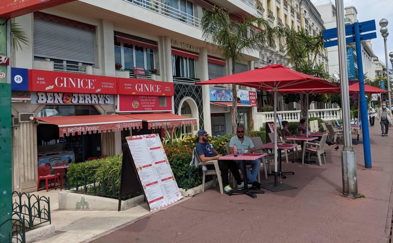 Le Ginice est situé le long de la promenade des Anglais à Nice.