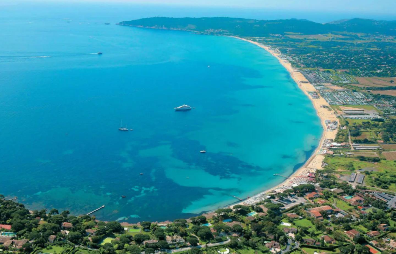 Le Var (ici, la baie de Pampelonne) attire déjà les vacanciers en mal de grands espaces et d'air marin.