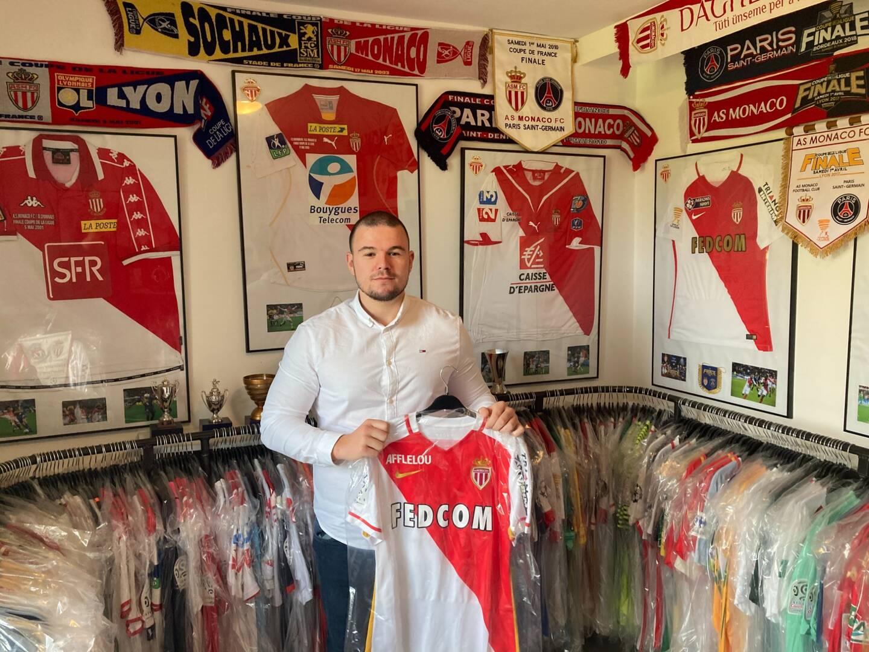 Parmi sa collection, le maillot porté par Kylian Mbappé le 16 mars 2020 lors de la victoire de l'AS Monaco contre Paris au Parc des Princes.