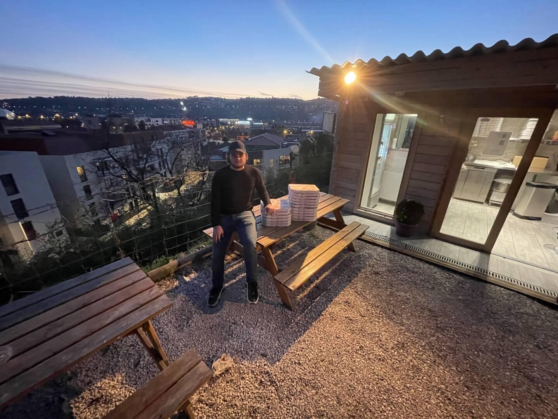 Clément Gagnieux a installé sa pizzeria sur un terrain qui surplombe Saint-Isidore, en juin 2019. Une excellente formule pour son budget.