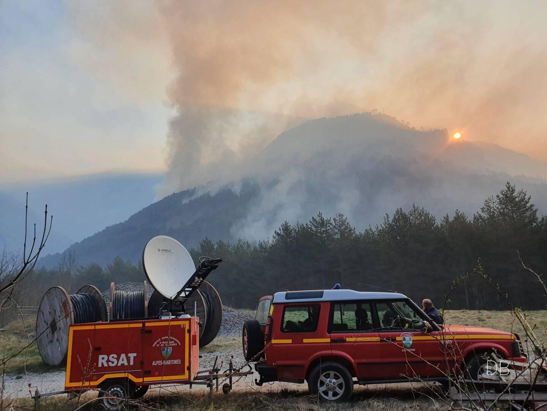 60 sapeurs-pompiers sont mobilisés pour maîtriser le feu de végétation qui sévit dans le hameau de Vievola.