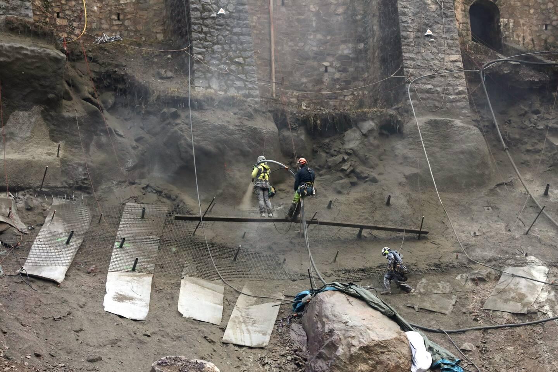 A Fontan, les équipes SNCF Réseau insèrent de longs pieux métalliques dans la montagne, dans des conditions acrobatiques.