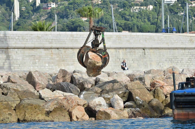 Un bras articulé a été nécessaire pour déplacer des blocs de plusieurs tonnes, à l'instar des travaux réalisés en 2013 sur la digue du vieux-port.