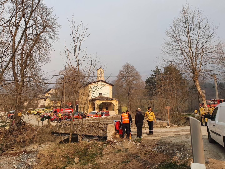 Les services de secours déployés autour de la chapelle de Vievola. L'incendie s'est approché d'habitations voisines durant la nuit.