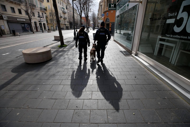 Des policiers patrouillent ce samedi 27 février à Nice pour faire respecter le confinement, instauré le week-end dans les Alpes-Maritimes.