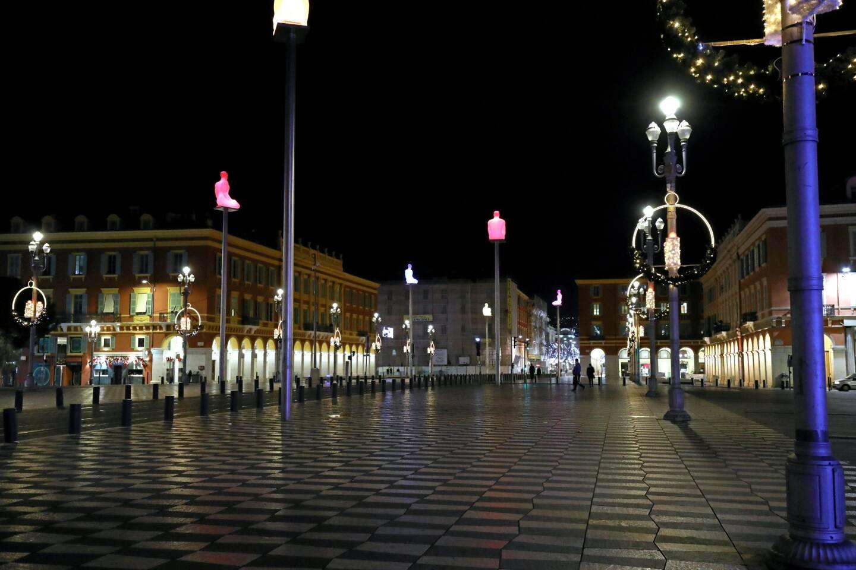 Illustration de la place Massena à Nice, pendant le couvre-feu de 20 heures à 6 heures, instauré le 15 décembre 2020.