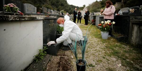 Illustration d'un enterrement pendant la crise sanitaire.