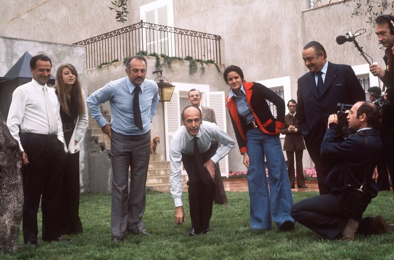 Valéry Giscard d'Estaing et Jacques Médecin en pleine partie de pétanque, en 1974.