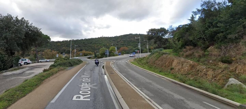 La RD 98, juste après le giratoire La Verrerie à Bormes.